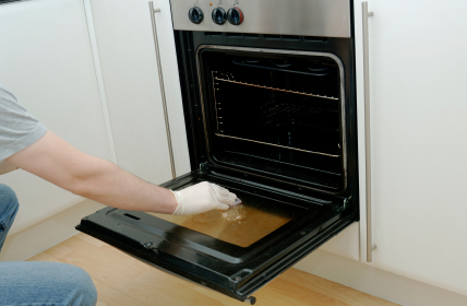 Cleaning the oven door of a built in single oven